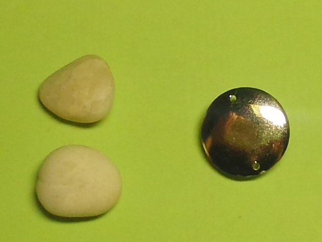 小石2つ(左)、穴のあるビーズ(右) / The two pebbles (left), a bead with holes (right)